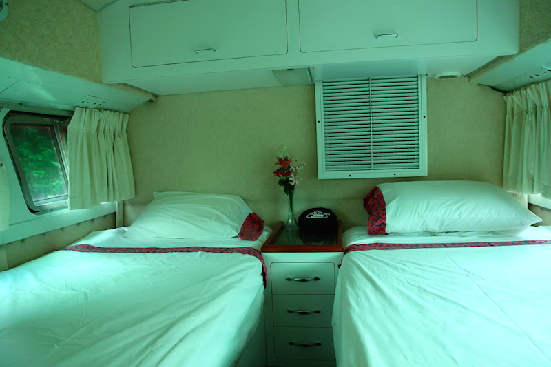 Sleeping area with twin beds