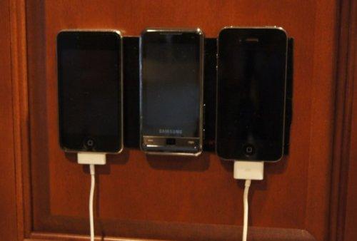 PuGoo XL holding up several smartphones