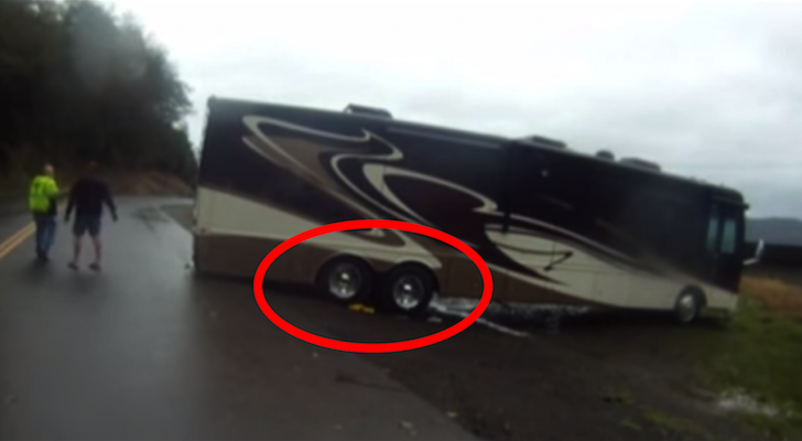 43′ Motorhome Gets Stuck Trying To Turn Off Of A Too-Small Road