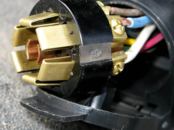 broken 7-pin trailer cord