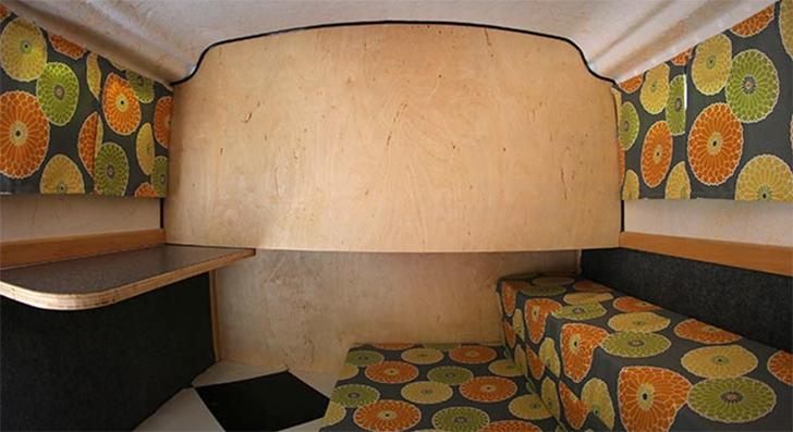 americandream-trailer-interior-couch