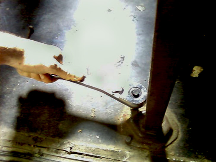 socket wrench loosening nut