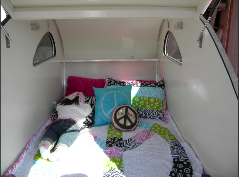 Ailettear-KnoxRetroCampers-bed